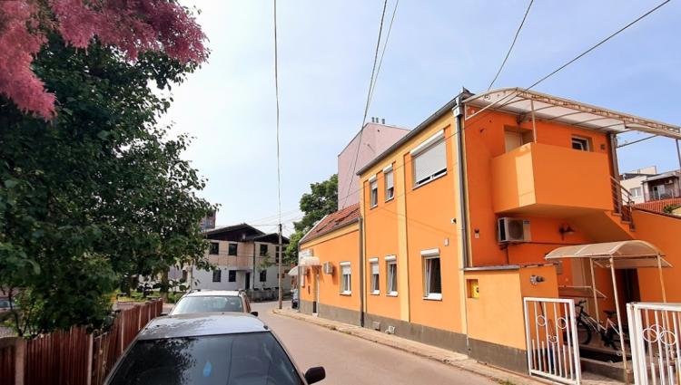 Narandžansti apartmani u centru Kragujevca, povoljniji od hotela, komforniji od hostela! Smeštaj za svačiji ukus