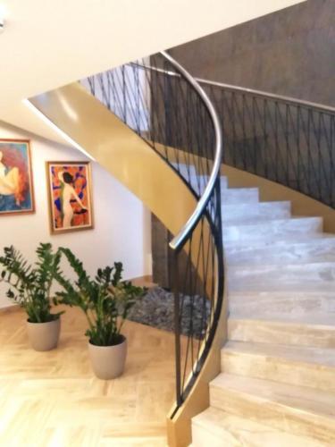 Hotel-Tonanti-hol-stepeniste
